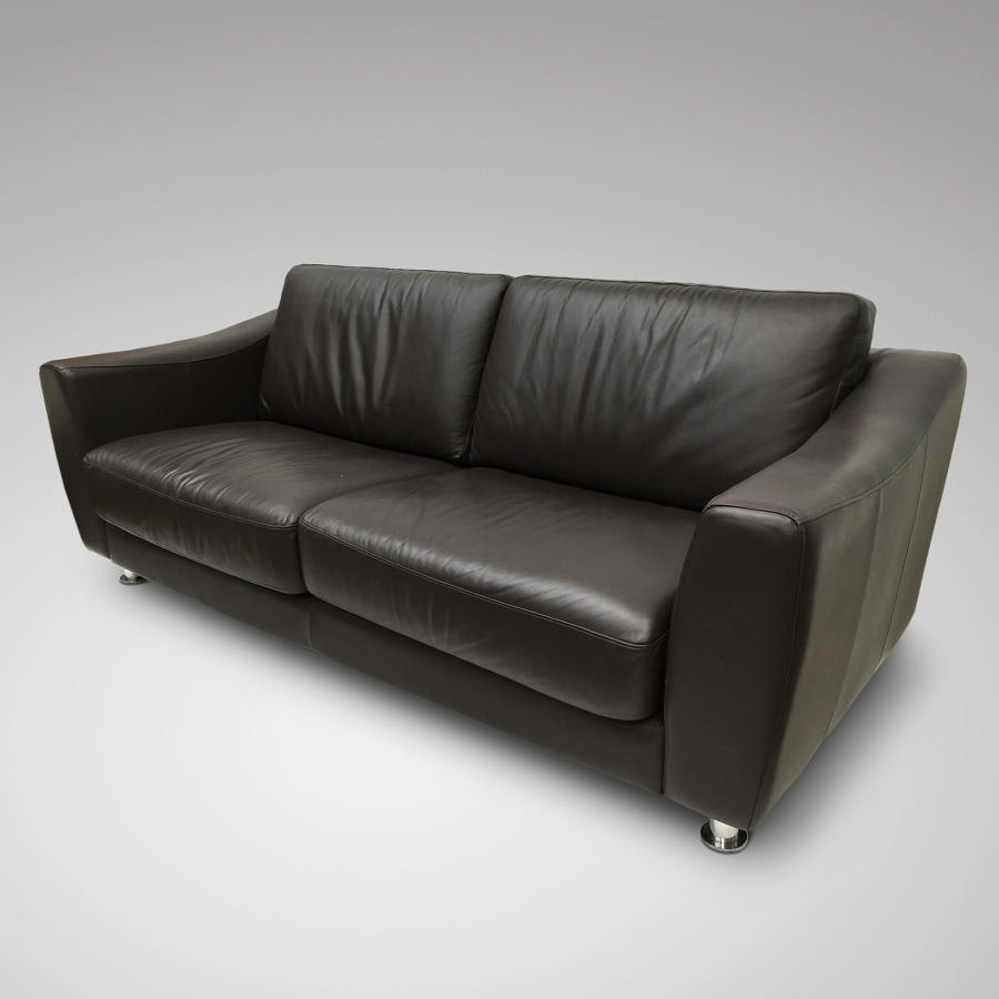 A MODERN DARK BROWN LEATHER UPHOLSTERED SETTEE